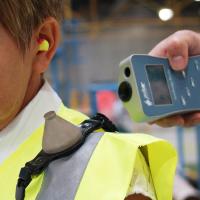 Pulsar Instruments'ın giyilebilir gürültü dozimetresi ve elde taşınan desibel okuyucusu.